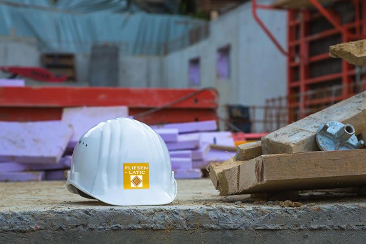 Weisser Bauhelm auf Baustelle